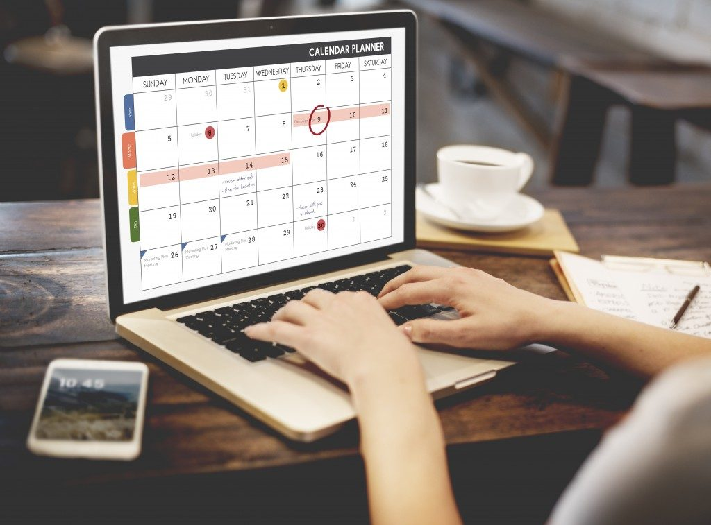 woman scheduling her meeting in her calendar
